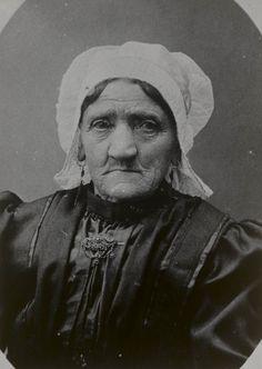 Vrouw uit Halsteren in streekdracht. De vrouw is geboren op 31 januari 1837 te Wouw en overleden op 1 juni 1909 te Halsteren. Reproductie van een foto op een bidprentje. ca 1909 #NoordBrabant