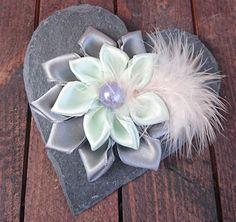 Haarblüten - grau grüne Blüte / Brosche / Haarschmuck  - ein Designerstück von Mausekosmos bei DaWanda
