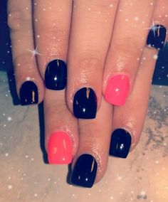 Everybody loves an accent nail (: