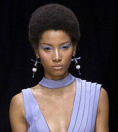 Les boucles d'oreilles graphiques du défilé Atelier Versace