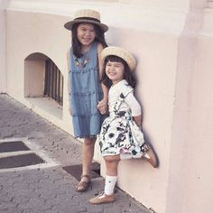 Looks like fun hanging with these two  @sassandspice hats from our stockist @harleyandsoo #acornkids #kidshats #hats #sunhats #strawhats #willowhat #anniebowler