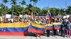 """Más de 20,000 personas se congregaron para la gran manifestación S.O.S. Venezuela en el parque J.C. Bermúdez de Doral. La cifra proporcionada por el Administrador de Doral Joe Carollo y el Jefe de Policía de Doral Richard Blom es más alta que lo estimado originalmente.  """"Los asistentes, que sumaban entre 4000 y 5000 antes de la 1 p.m., hora del inicio, creció a más de 20,000 en su apogeo y eran gentes apasionadas, entusiastas y, sobre todo, pacíficas"""" Alfonso Chardy   El Nuevo Herald"""