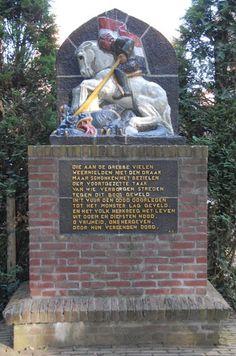Oorlogsmonument met op de achterkant de namen van gevallen soldaten.