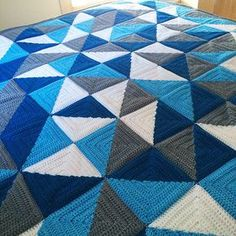 Other pinner: Half Square Triangle Love. Love this blanket. Not sure if it's the colours or the pattern or both but I like it. Granny Square Häkelanleitung, Granny Square Crochet Pattern, Crochet Squares, Crochet Granny, Crochet Quilt, Crochet Stitches, Crochet Patterns, Crochet Blankets, Triangle Love