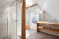 Glass shower. Wood.
