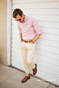 S pink shirt and white pants men's fashion (style on trend) f White Pants Men, Khaki Pants, White Trousers, Mode Masculine, Spring Look, Spring Style, Silvester Outfit, Moda Blog, Look Man