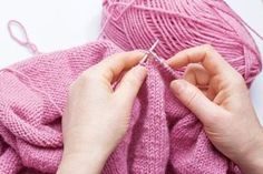 Knitting techniques - Learn a new knitting technique with filato.dk Do you want to learn a new knitting technique or are you looking for a specific one. Read this great lightweight article with many of the most commonly used techniques. Arts And Crafts For Teens, Arts And Crafts Supplies, Diy Arts And Crafts, Jewelry Making Supplies, Hobbies And Crafts, Hand Crochet, Knit Crochet, Beading Patterns, Crochet Patterns