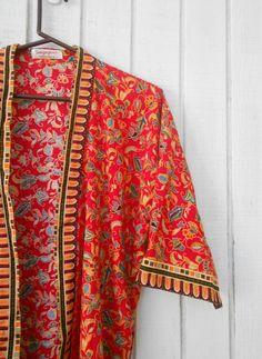 Vintage Asian Robe Kimono 80's Red Singapore Robe par kerrilendo, $20,00