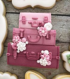 Wishing I had three pink flowered suitcases packed to go somewhere warm on this chilly not so spring day! Fancy Cookies, Iced Cookies, Cute Cookies, Cupcake Cookies, Sugar Cookies, Galletas Decoradas Baby Shower, Galletas Cookies, Cookie Frosting, Royal Icing Cookies
