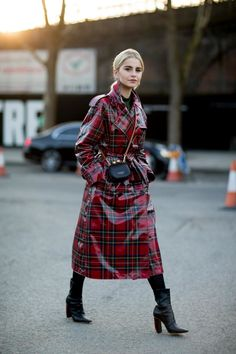 TREND ALERT: 7 trends from last year that are still in for Street style shots from the most recent fashion weeks prove it. Seen here: street style shot of london fashion week attendee wearing a red plaid patent leather trench coat ( on our list. London Fashion Weeks, Fall Winter Outfits, Winter Fashion, Belle Silhouette, Leather Trench Coat, Raincoats For Women, Rain Wear, Star Fashion, Fashion Outfits