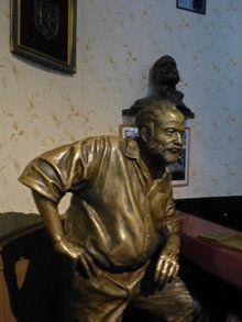 Estatua de Ernest Hemingway en El Floridita