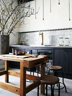 une belle quisine de style industriel, table haute de cuisine, idée,aménagement de cuisine