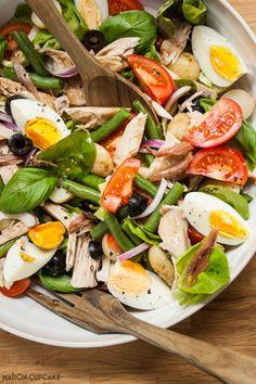 Tuna Nicoise Salad, Feta Salad, Tuna Recipes, Salad Recipes, Healthy Recipes, Mediterranean Dishes, Tomato Basil, Healthy Eating, Green Leaves