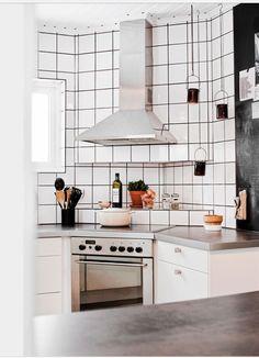 Precis som vi vill ha det - vitt kakel hela vägen upp och hörnspis! http://www.husohem.se/Hem/Villa/Experimentlust-i-50-talshuset/?Page=7
