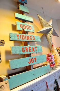 wooden christmas tree in turquoise and red @Jerranna Cannady Cannady Cannady Cannady - I want some wood to do this on!