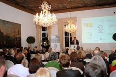 """Jens Spanjer, Geschäftsführer der Stiftung Schloss Dyck, und Jury-Mitglied eröffnet die Preisverleihung """"Gärten des Jahres"""" aus Schloss Dyck"""