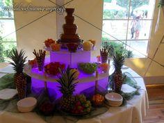 A może czekolada mleczna z fioletowym podświetleniem i dekoracją z ananasów? http://czekoladowefontanny-imprezy.pl/