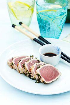 Tataki van tonijn met kruiden en sojavinaigrette  http://www.njam.tv/be/nl/recepten/tataki-van-tonijn-met-kruiden-en-sojavinaigrette