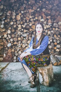 Great colors and pattern - Pure Romania and a story about my country Art Costume, Folk Costume, Countryside Fashion, Romanian Girls, Hipster Looks, Costumes Around The World, Folk Fashion, Women's Fashion, Hippie Bohemian