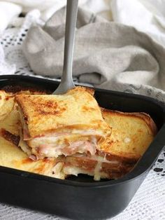 Torta di pane ricetta velocissima pronta in tavola in meno di 30 minuti. Pancarrè, mortadella e formaggio per un salva cena pratico e saporito.