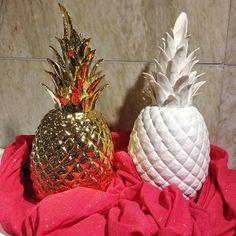 Perfekta presenter! Vårens hetaste inredningsacceassoar; Ananasen. Guldfärgad 615kr. Vit 465kr. Sjal från @Becksondergaard 1 1 399kr. #roombutiken #becksondergaard