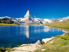 スイスのマッターホルンの水面に反射。アルプス山脈の見所