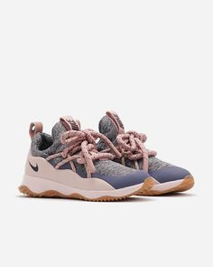 The Women's Nike City Loop will keep you comfortable all day, with a sock-like fit, durable rubber sole and a pull tab on the heel for easy accessibility. Seaml