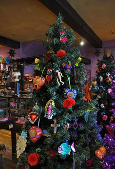 Many of you have probably bought your Christmas trees already, but in case you haven't or need some unique tree decorating ideas, we've rou. Mexican Christmas Decorations, Christmas Arts And Crafts, Holiday Crafts, Holiday Fun, Holiday Decor, Festive, Christmas Tree Trimming, Diy Christmas Tree, Christmas Time