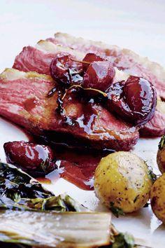 Til andebryst hører en dejlig sauce - prøv denne portvinssauce med kirsebær! Wine Recipes, Steak, Curry, Dining, Food, Recipes, Food And Wine, Food Food, Kalay