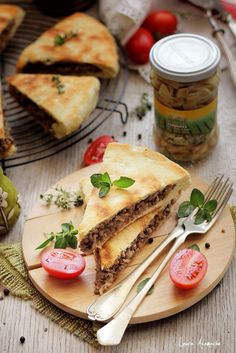 Felii de placinta cu carne si ciuperci Sun Food Pastry And Bakery, Weight Watchers Meals, Food Inspiration, Foodies, Picnic, Favorite Recipes, Cooking, Ethnic Recipes, Photography