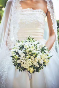 white and green bouquet http://weddingwonderland.it/2015/08/matrimonio-romantico-grigio-rosa.html