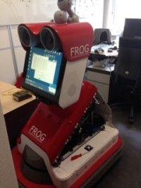 FROG is de 'sociale robot' die je rondleidt op de campus van de TU Twente, iets dat vroeger de dean deed. Het is dan ook een mooi voorbeeld hoe (ook) routinematige taken van de manager kunnen worden overgenomen door een robot. Sterker nog: een op het Milgram Experiment gebaseerde test laat zien dat werknemers luisteren naar een robot. Klik op de pin voor de entry. Bron pin: utwente.nl