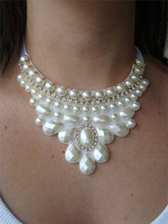 Maxi Colar branco perolado em pedrarias chatons, com strass e correntes. Short Necklace, Diy Necklace, Modern Jewelry, Vintage Jewelry, Maxi Collar, Diamond Necklace Set, Beaded Jewelry Designs, Wire Wrapped Necklace, Fabric Jewelry