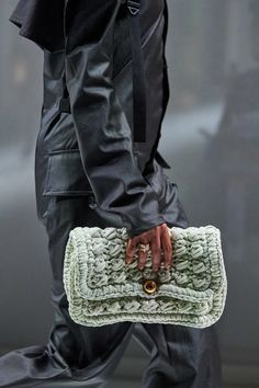 Bottega Veneta Fall 2020 Ready-to-Wear Collection - Vogue Moda Fashion, Fashion Show, Fashion Trends, High Fashion, Chanel Clutch, Young Designers, Autumn Street Style, Knitted Bags, Bottega Veneta