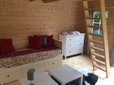 Wenig Platz im Gartenhaus? Dann richten Sie es mit Mini-Möbeln in hellen Farben ein.