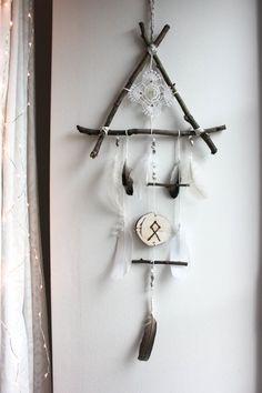 attrape-rêve triangle de bois, plume, quartz et rune pour décoration sorcellerie viking pagan . Viking Decor, Wiccan Decor, Dream Catcher Craft, Nature Crafts, Boho Decor, Witchcraft, Decoration, Wind Chimes, Diy Home Decor