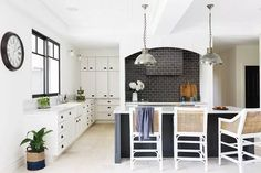This beautiful home shows how to decorate your home in the Hamptons style with a classic Hamptons kitchen and living room filled with coastal decorating ideas Die Hamptons, Hamptons Style Homes, Hamptons Decor, Hamptons Kitchen, American Interior, Queenslander, Weatherboard House, Open Plan Kitchen, Kitchen Ideas