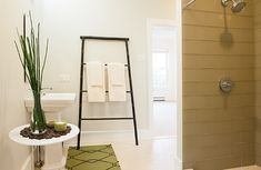 Bamboo Ladder Towel Holder Design Ideas, Pictures, Remodel, and Decor Glass Tile Shower, Glass Tiles, Bamboo Ladders, Deco Originale, Hanging Towels, Kitchen And Bath Design, Contemporary Bathrooms, Modern Bathroom, Traditional Bathroom