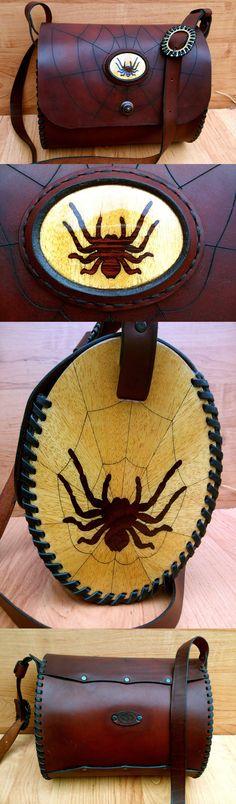 Кожаная сумка с деревянными боковушками укаршенными в технике маркетри (инкрустация шпоном).