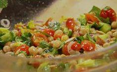 Receita de salada de grão-de-bico com ervas. 1 pão sírio Alho a gosto Azeite a gosto Sal a gosto Pimenta a gosto 1 xícara de salsinha ½ xícara de hortelã ½ xícara de folhas de aipo 1 ramo de orégano fresco 2 xícaras de tomate grape (cereja) ½ pepino cortado em cubos de cerca de 1 cm ½ cebola roxa cortada em fatias bem finas 2 xícaras de grão-de-bico 1 limão