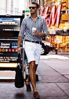 【夏】ロンドンストライプシャツ×白ショーツ×茶ローファーの着こなし(メンズ)   Italy Web