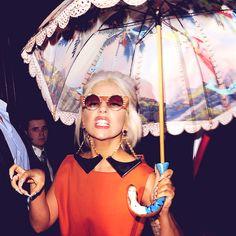 Gaga and her mermaid umbrella Lady Gaga Outfits, Lady Gaga Fashion, Images Lady Gaga, Lady Gaga Pictures, Joanne Lady Gaga, A Star Is Born, Little Monsters, Celebs, Celebrities