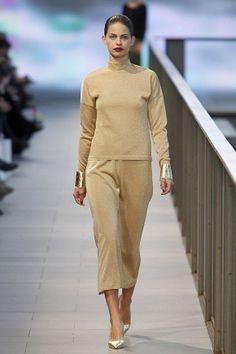 Conjunto de pantalón capri y jersei en color dorado en el 080 Barcelona Fashion #trend #fashion #catwalk #Barcelona #Naulover #fall #winter #2015
