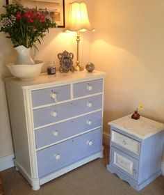I've painted this set in Old White and Lois Blue a Decorative Chalk Paint by Annie Sloan.
