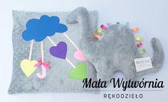 Zestaw pogodna poduszka + dinozaur: wykonane z bawełny w kropki i szarego pluszu. www.facebook.pl/malawytwornia