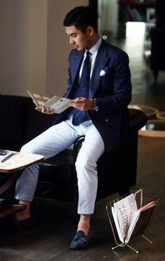 Acheter la tenue sur Lookastic: https://lookastic.fr/mode-homme/tenues/blazer-chemise-de-ville-pantalon-de-costume-mocassins-a-pampilles-cravate/1739 — Pantalon de costume à rayures verticales blanc et bleu — Blazer bleu marine — Chemise de ville blanc — Mocassins à pampilles en daim bleus marine — Cravate brodé bleu marine
