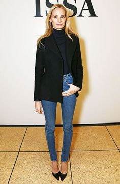 Substitua a camisa por uma turtleneck. E vale usar jeans se os outros complementos forem sofisticados, como o duo clássico de scarpin e blazer.