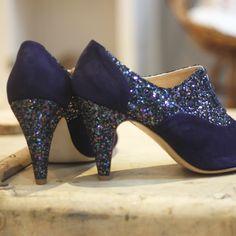 Richelieu à talon en velours bleu marine et paillette multicolore, talon épais 8 cm Bleu Marine, Heels, Unique, Fashion, Custom Shoes, Blue Shoes, Blue Velvet, Smooth Leather, Chunky Heels