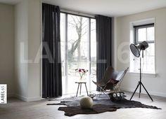 Stoere overgordijnen met zeilringen geven uw huiskamer een moderne uitstraling.
