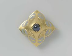 Brooche made of gold, adorned with stylized flowers in reliëf, with grey email and in the middle a star-saffier, Lodewijk Willem van Kooten (II), ca. 1908 - ca. 1911